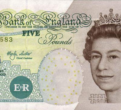 Papierowe 5 funtów traci wartość